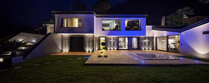 Nowoczesny, oświetlony dom w nocy