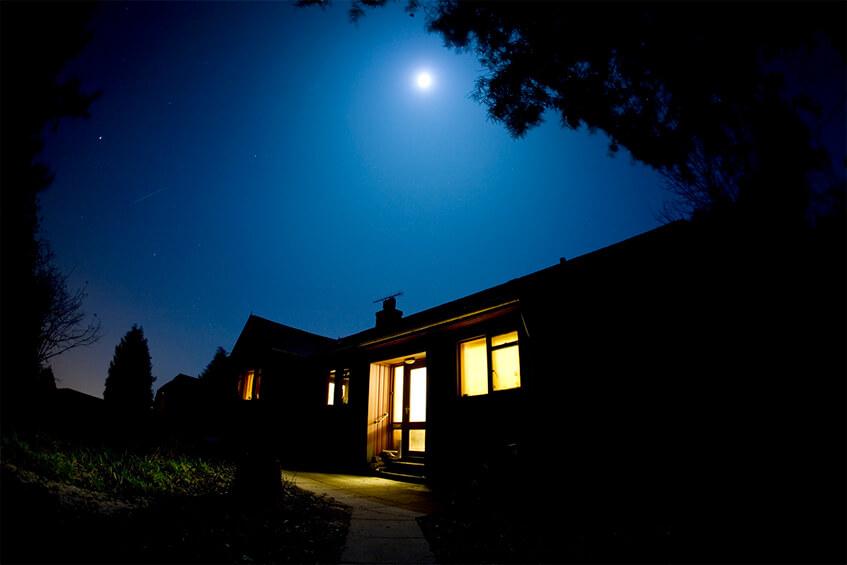Oświetlony, nowoczesny dom w nocy